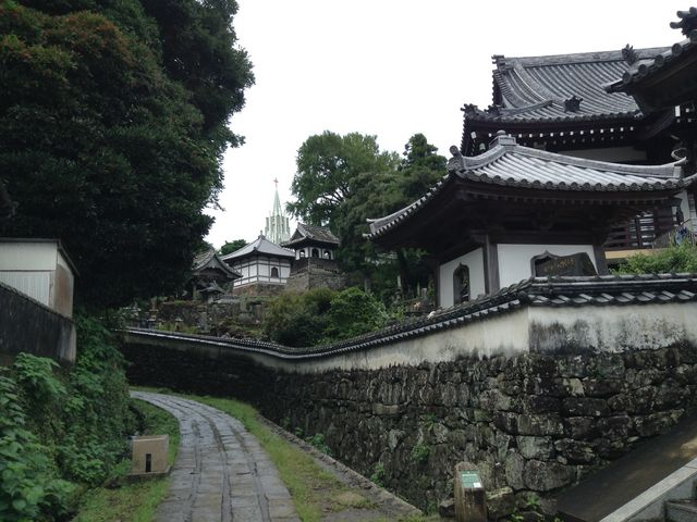 寺院と教会が見える風景_平戸ザビエル記念教会
