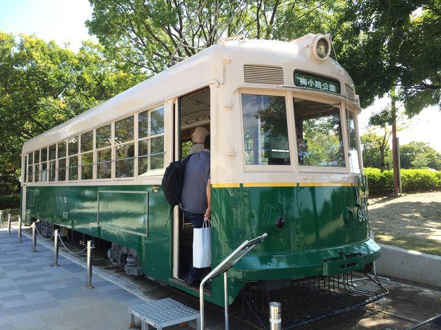 公園の入口には土日祝日だけ案内所兼休憩所として解放されるチンチン電車の車両がありました。_梅小路公園