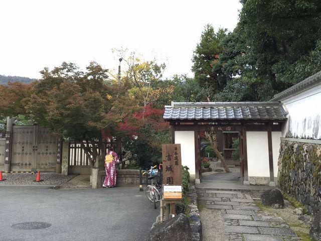入口は衣水園の入口の隣_吉城園