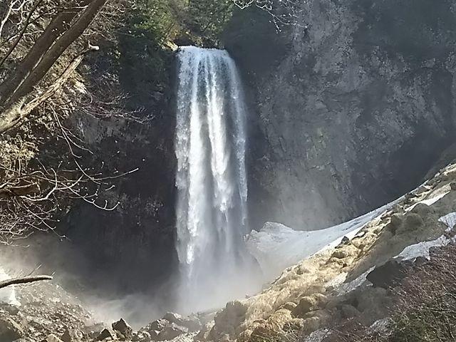 滝までの道のりは雪が残っていました。 滝壺には大きな雪の塊がありました。_平湯大滝