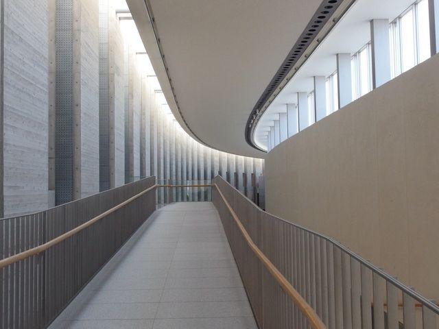 廊下・壁面の直線と、天井の滑らかなカーブが交差する。白を基調とした、美しい世界。_岩手県立美術館