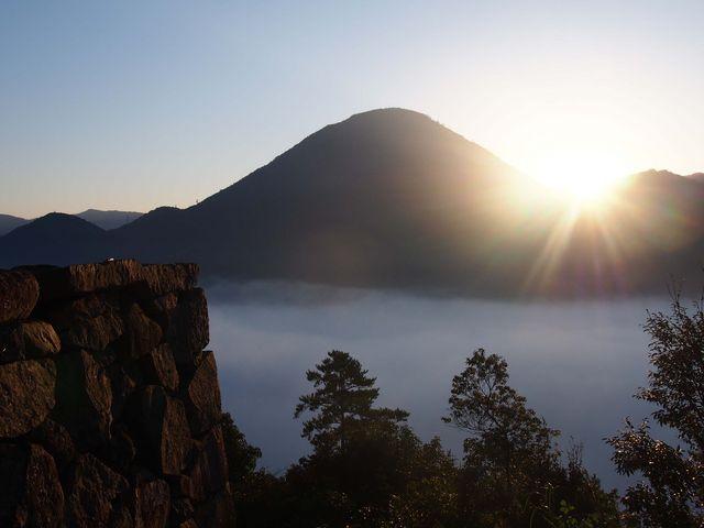 青野山の肩から朝日が昇ります。_津和野城址