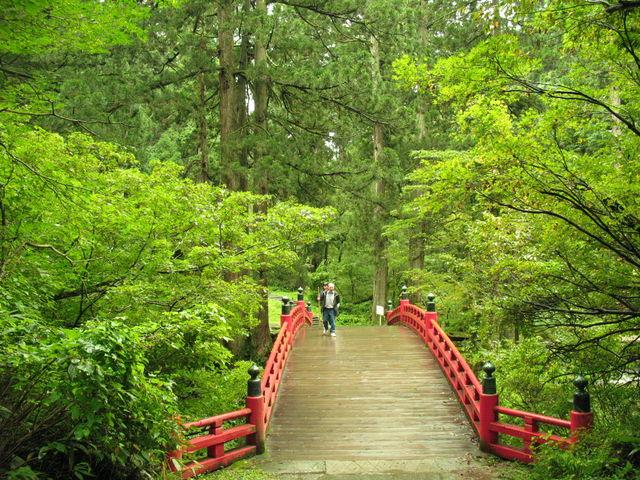 神橋を渡る_羽黒山五重塔