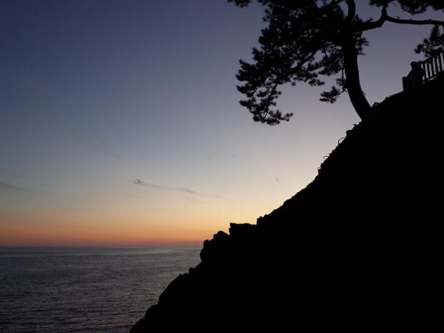 太陽が沈む前の桂浜です。_坂本龍馬の銅像