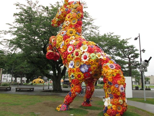 有名な「花の馬」_十和田市現代美術館