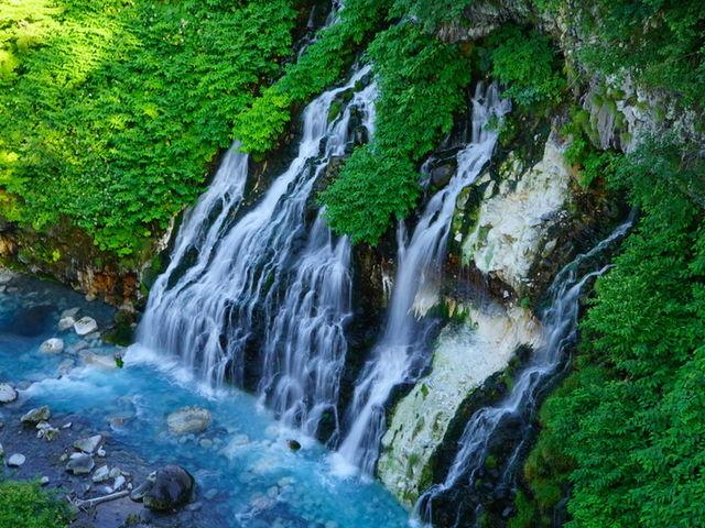 透明感のある青と滝の白い流れのコントラストが最高。_白ひげの滝