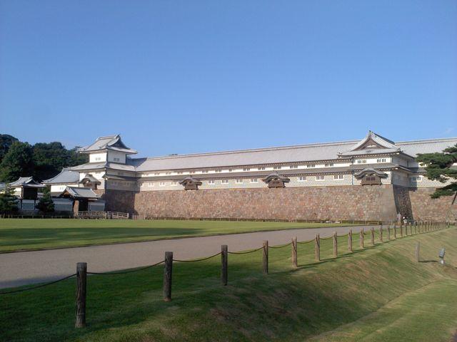 早朝6:30分です。朝日に浮かんでます。_金沢城石川門
