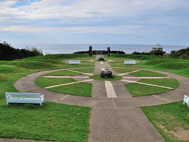 公園の向こうに海が広がってきれいでしたが誰もいませんでした。 角島灯台。