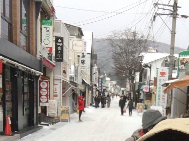 天気予報で寒波襲来と言っていたけど、ラッキーでしたぁ!人はまばらで、ノンビリ散歩・買い物出来た。_旧軽井沢銀座