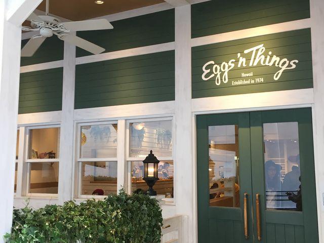 お店の外観ですが、グリーンとホワイトを基調としたお洒落な外観で思わず入りたくなります。_エッグスンシングス 心斎橋店(Eggs 'n Things)