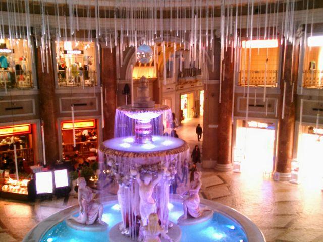 『2F からの噴水広場の眺め』。_VenusFort