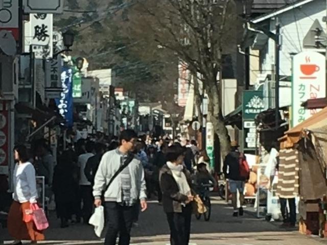 軽井沢銀座は、黒山の人集り。観光客で賑わって、先が見えない程でしたわぁ!(1/5)_旧軽井沢銀座