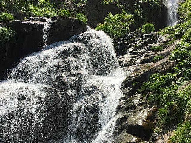 青空と新緑が良く似合う三段滝_仏御前の滝