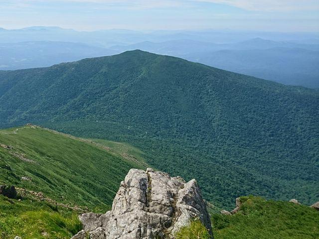 正面には早池峰山が見られる_薬師岳