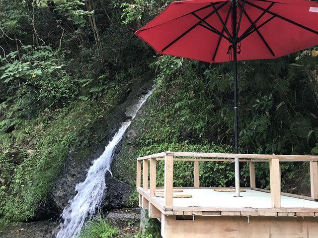 不動滝の横の席_鶴仙渓川床