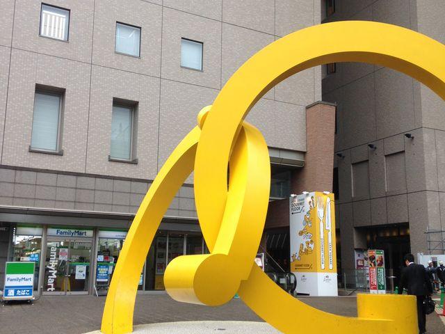 黄色のモニュメント_ラグザ大阪