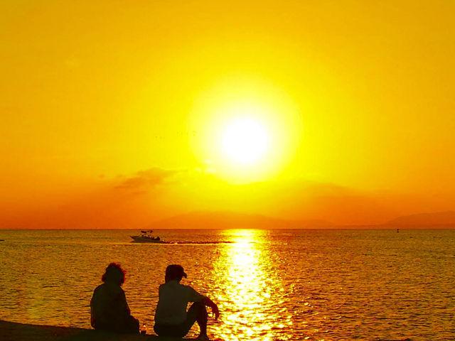 雲がなくて、晴天の日には、こんなに大きくきれいな夕日がみれます!!_宍道湖夕日スポット