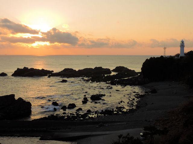 陽が傾いてシルエットが美しい_潮岬灯台