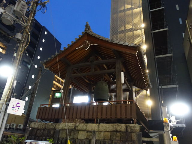 道の向かい側に鐘楼があります_紫雲山頂法寺(六角堂)