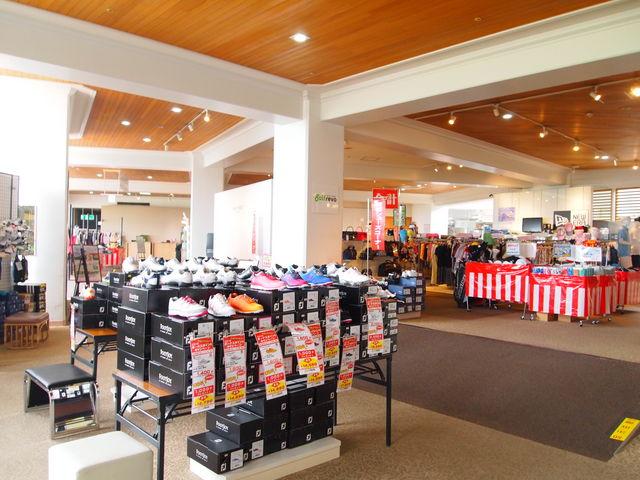 本館売店 ゴルフ用品がたくさん_レイクフォレストリゾート