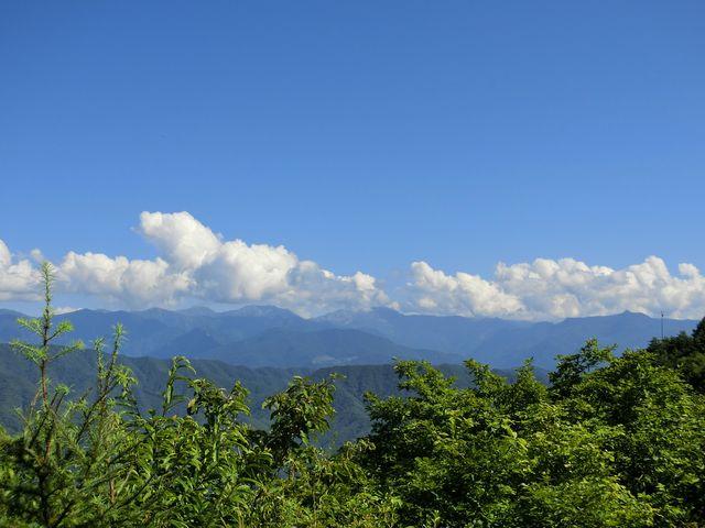 頂上からは360度見渡せます_陣馬形山
