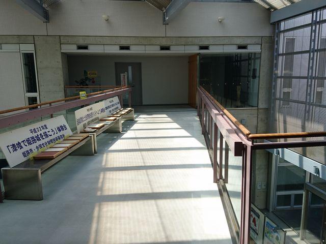 施設にはベンチも_日本城郭研究センター