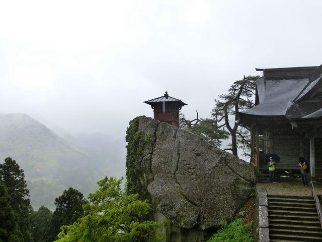 こんなに切り立った岩の上に立っています_立石寺納経堂