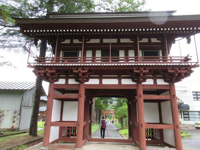 長い参道途中の門_須波阿須疑神社