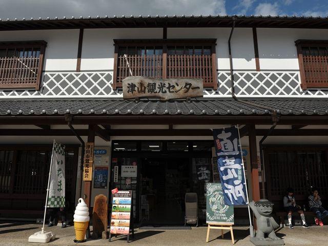 津山城跡の入り口にある_津山観光センター