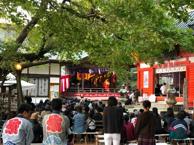 伊那下神社2(秋祭りの舞の奉納)中学生と思われる少年が舞台で舞っていました。_伊那下神社