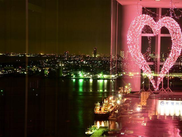 合成ではなく、ガラスに反射してこんなふうに見えます。_千葉ポートタワー