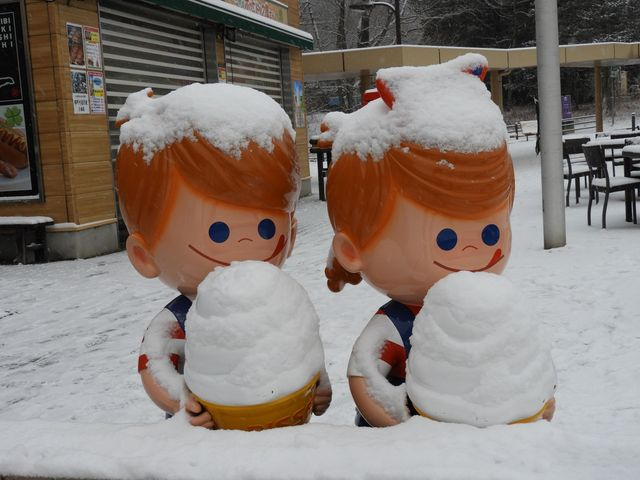 雪とソフトクリーム_那須高原サービスエリア下り線店