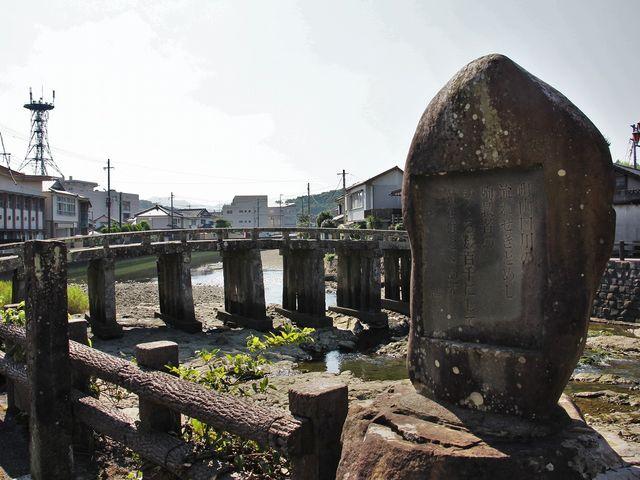 「天草の乱激戦之跡」(左)の碑と殉教者供養碑。_祇園橋