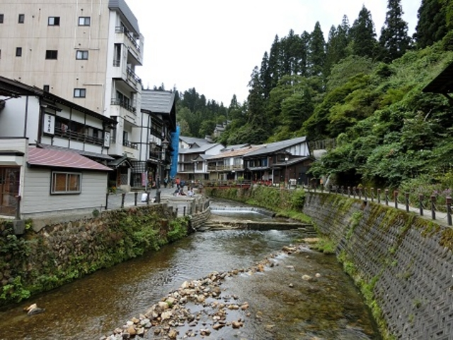 銀山温泉足湯の斜め向かいのお蕎麦屋さん_伊豆の華