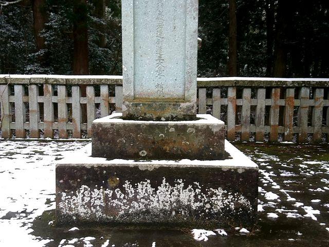 中央突き当たりには福井藩祖結城氏の墓石。_大安禅寺