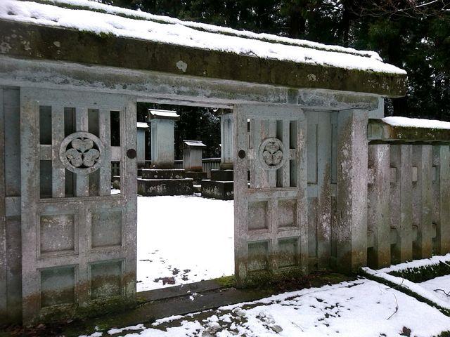 門も扉も全て笏谷石で造られています。_大安禅寺