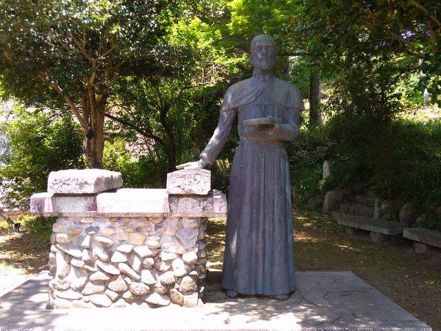 ザビエルの像が平和の鐘の横にありました_サビエル記念聖堂