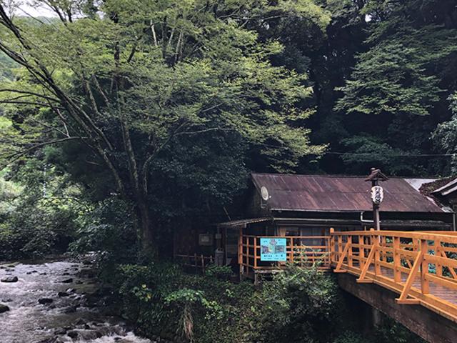 この橋を渡っていきます。_大沢温泉