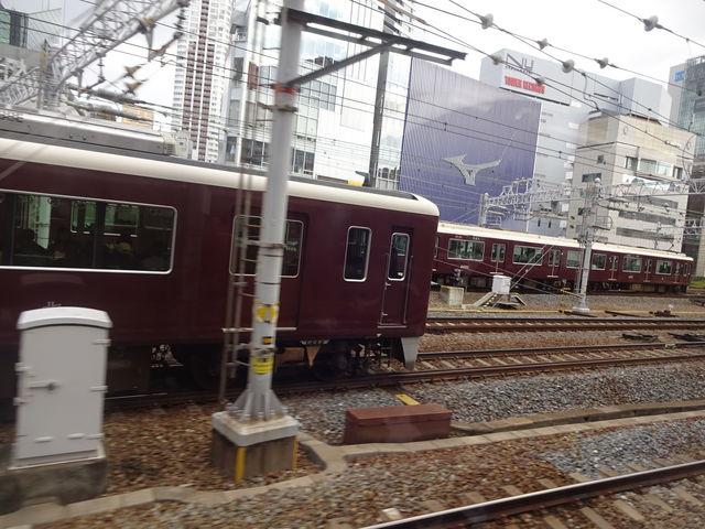 神戸線の列車から。宝塚、京都へ向かう列車とほぼ同時に出発。_阪急電鉄大阪梅田駅