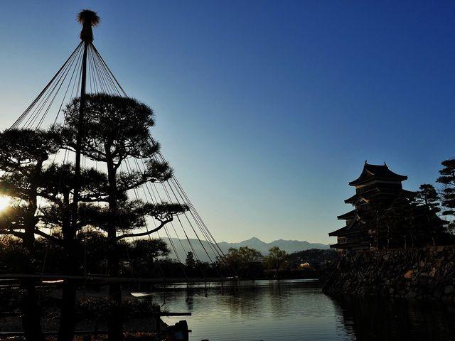 夕日が落ちて_松本城のお濠