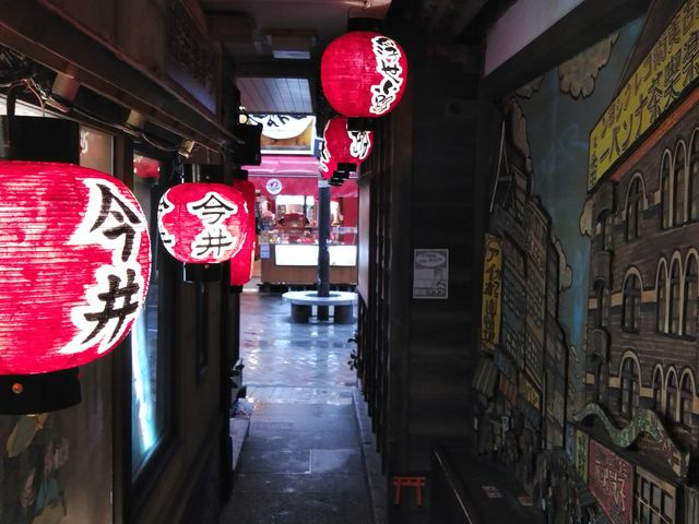 法善寺横丁側から見た道頓堀商店街側出入り口。赤提灯が特徴的。_浮世小路