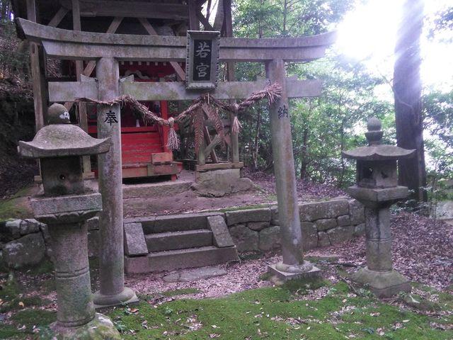 神秘的な若宮、近くには池があり白蛇が出てきてもおかしくない雰囲気です。_白山神社