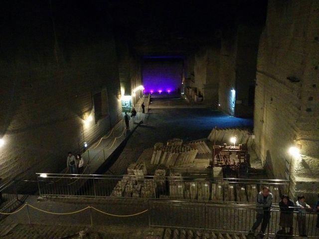 幻想的な雰囲気の地下空間が広がる。ロケ地にも多数使われている_大谷資料館
