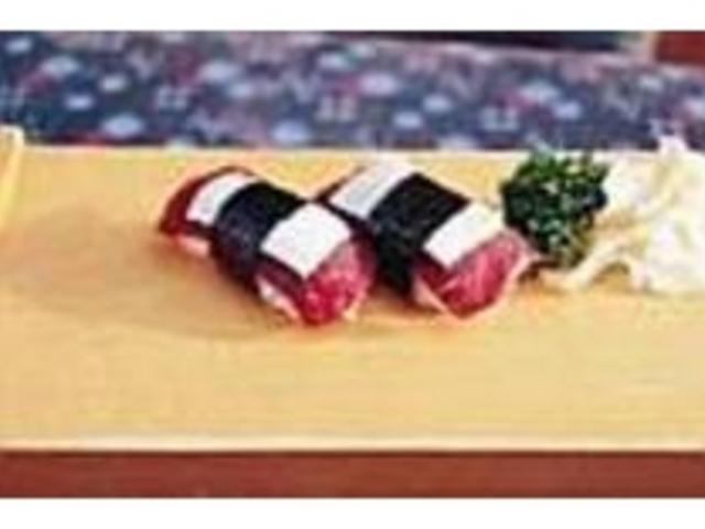コリコリとした白い皮と赤身を一緒に握る_黄金寿司