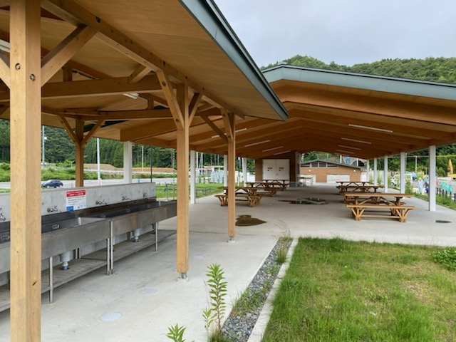 炊事棟や東屋内には常設のテーブル・イスが設置されています_白浜ビーチパーク